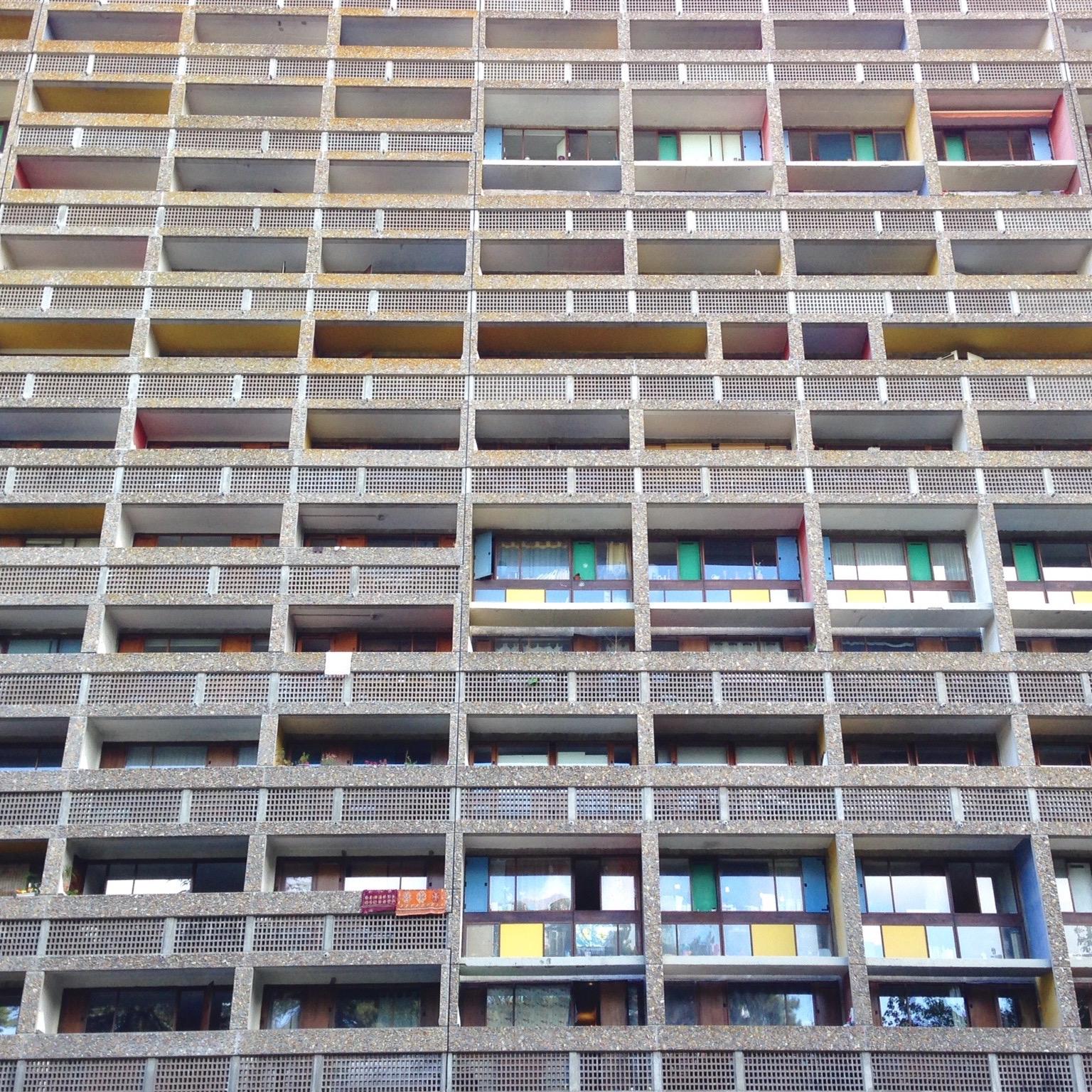 Une des façades colorées de l'immeuble.