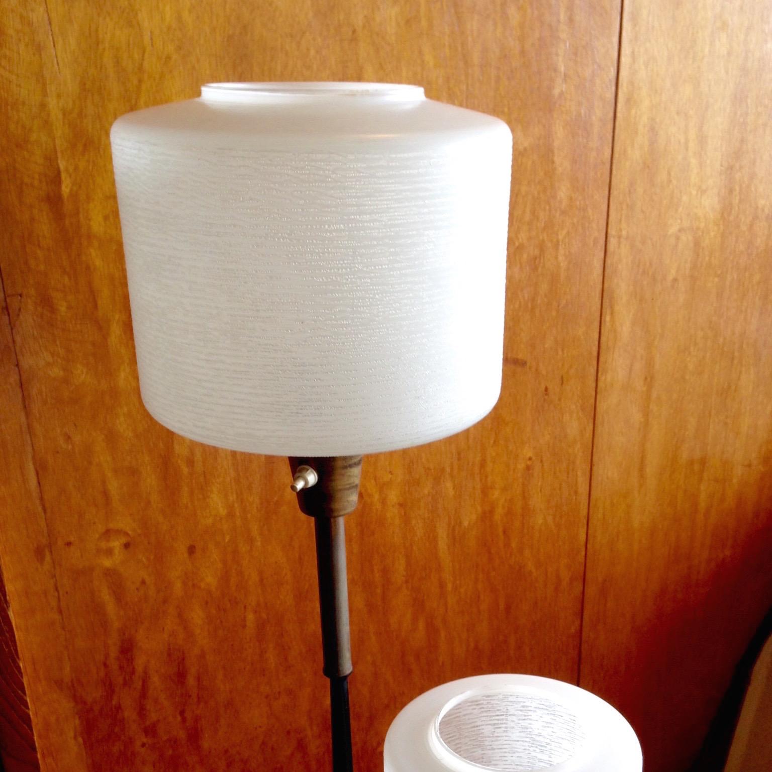 Une lampe rétro devant un panneau en bois.