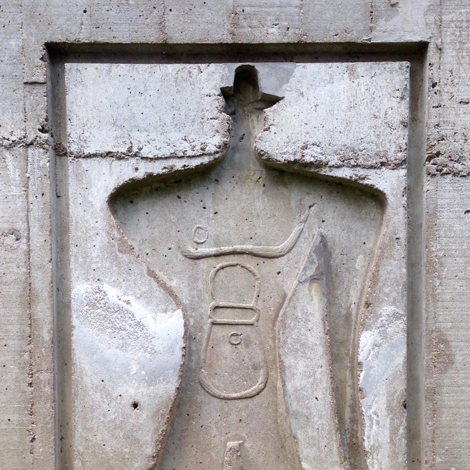 Une silhouette est sculptée dans la pierre.